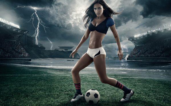 Девушка и футбольный мячик